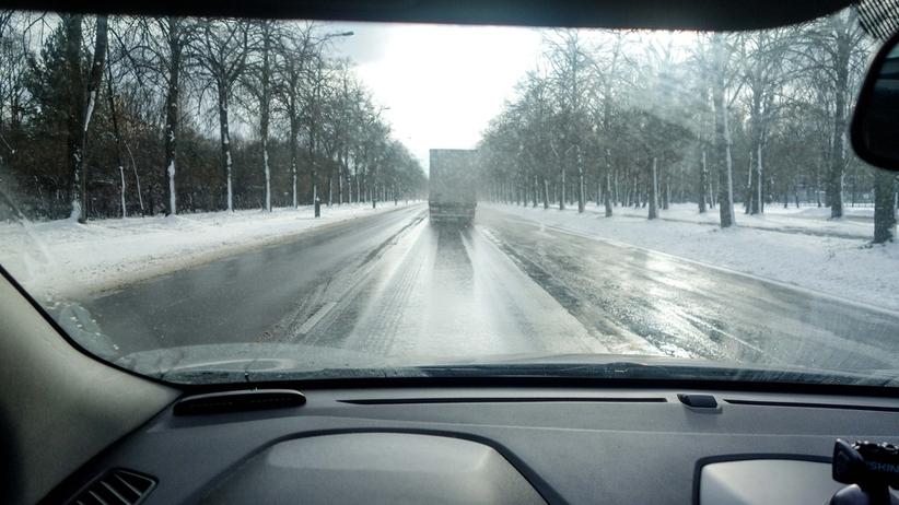 IMGW ostrzega przed oblodzeniem dróg. Alerty dla 4 województw