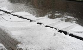 Burze z opadami krupy lodowej i mróz. Potężny niż nadciąga nad Polskę