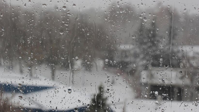 Pogoda. Pochmurna aura i deszcz ze śniegiem
