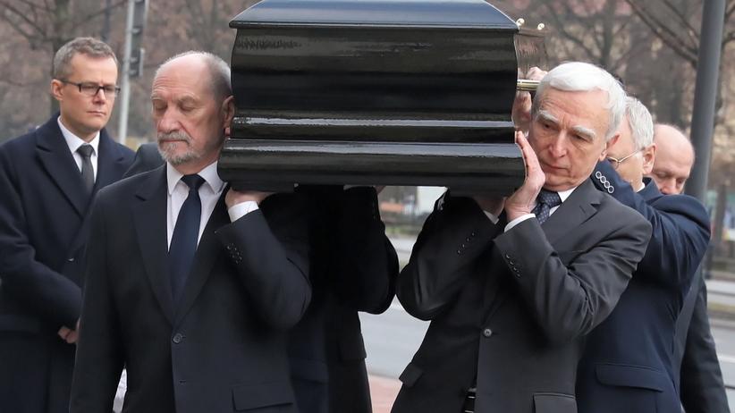 Pogrzeb Jana Olszewskiego. Trumnę z jego ciałem wniósł Antonii Macierewicz