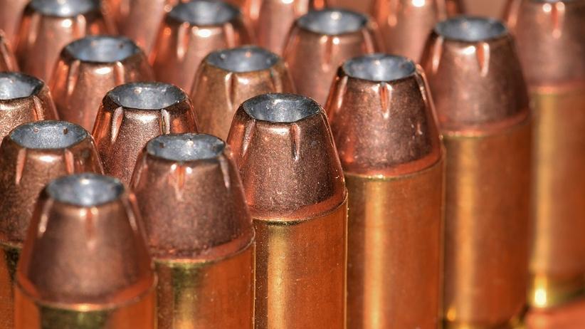 Policja wydaje coraz wiecej pozwoleń na broń palną.