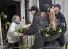 Policjanci zastąpili Świętego Mikołaja. Rozdali paczki potrzebującym