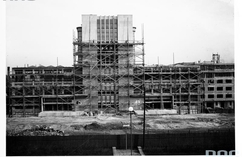 W jakim mieście powstała ta fotografia i budowę jakiego budynku na niej oglądamy?