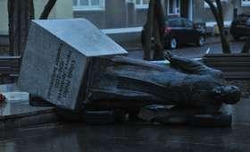 W nocy przewrócono pomnik księdza Jankowskiego. Aktywiści będą przesłuchani [WIDEO]