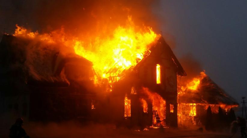 """Płonie restauracja """"Przystanek Łosoś"""". Z ogniem walczy 13 zastępów straży [FOTO]"""