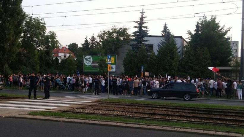 Poseł PiS oskarża uczestników manifestacji przed domem Kaczyńskiego. Naruszenie strefy prywatnej