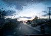 Drogi przejezdne, ale ślisko. Mżawka i deszcz utrudniają jazdę