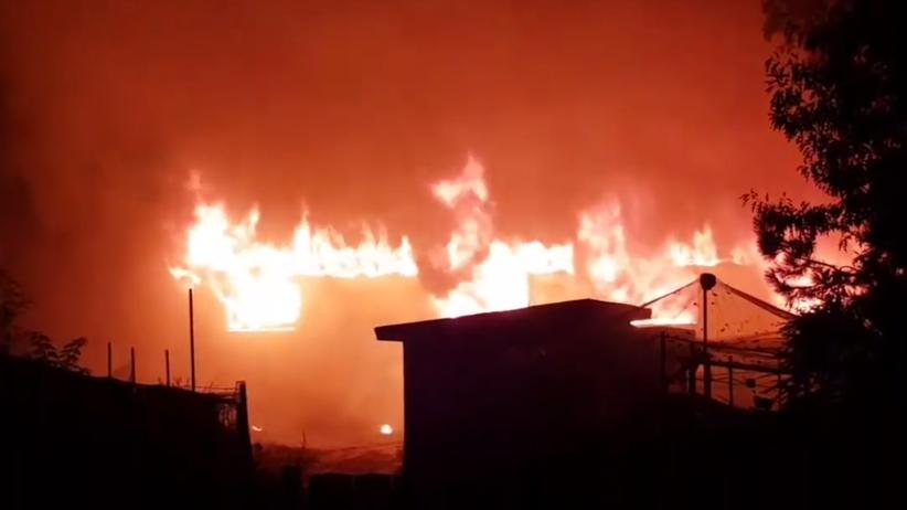 Wielki pożar hali pod Gnieznem. W akcji ok. 30 zastępów straży