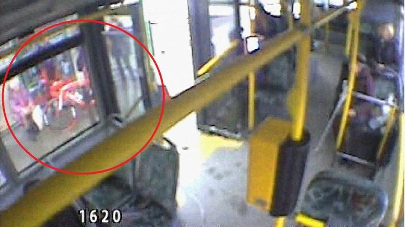 Rowerzysta staranował 83-latkę wysiadającą z autobusu. Policja szuka świadków