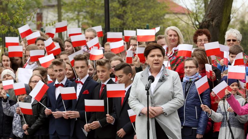 Premier Szydło: Zadbajmy, by biało-czerwone flagi nas łączyły