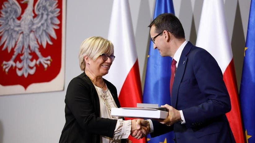 Prezes Trybunału Konstytucyjnego Julia Przyłębska z medalem z okazji 100-lecia niepodległości