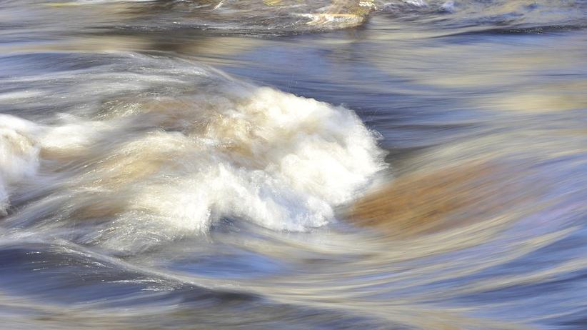 Ostrzeżenia IMGW dla ośmiu województw. Alarm na rzekach. Woda wdarła się do szkoły