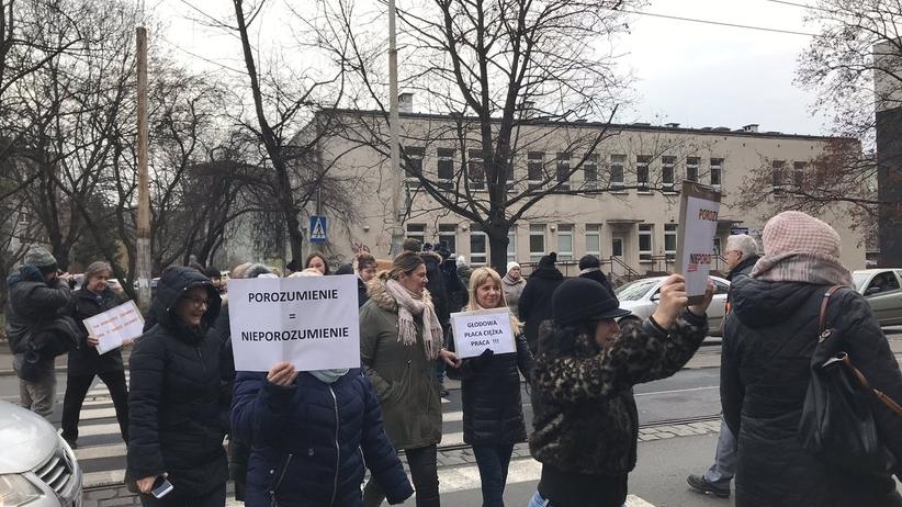 Pracownicy sądów wciąż protestują. Zablokowali ulice na kwadrans