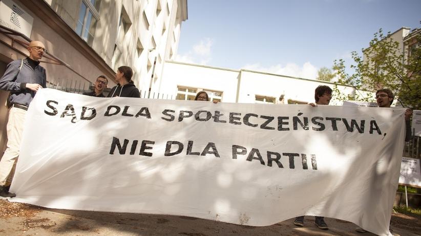 Sędziowie przesłuchiwani za krytykę rządowych reform. Protest przed siedzibą KRS