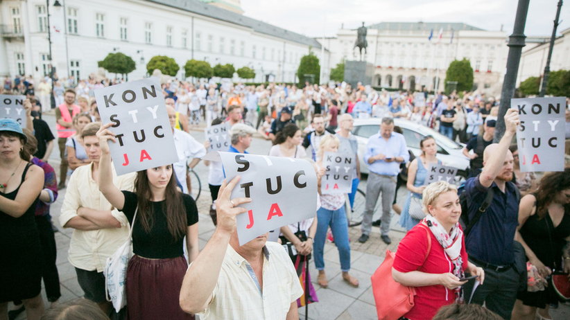 Protest w obronie sądownictwa przed Pałacem Prezydenckim