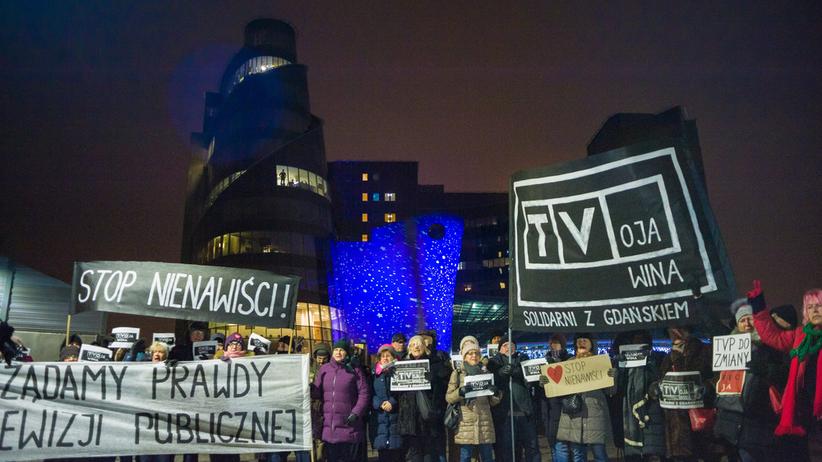 Uczestnikowi protestu pod TVP grożą śmiercią i gwałtem. Koalicja Obywatelska zawiadamia prokuraturę