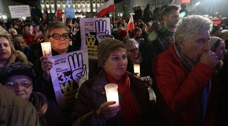 Protesty przed Pałacem Prezydenckim. Tłum domagał się wolnych sądów