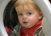 Radom. Policja zatrzymała sprawców zamknięcia 2-latka w pralce
