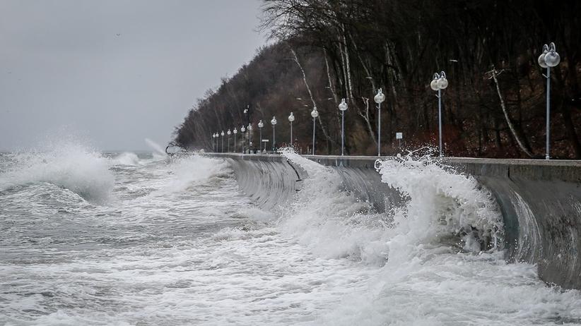 Silne wichury nad Polską. Tysiące odbiorców bez prądu