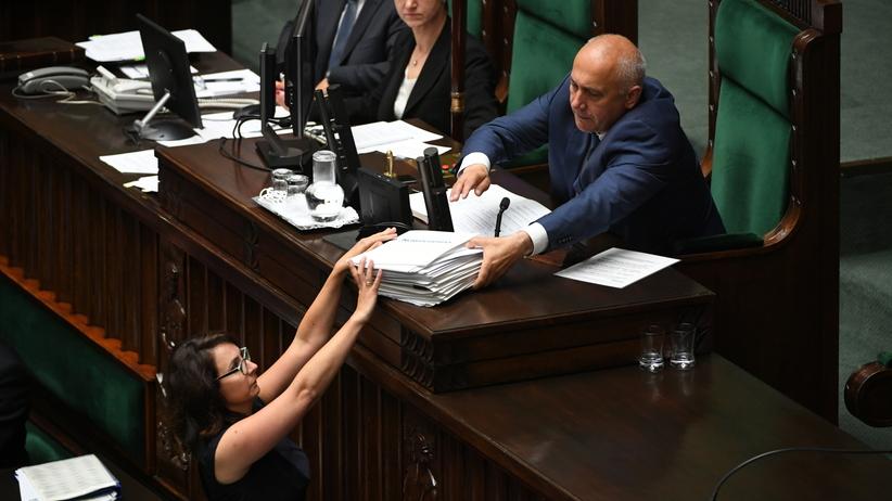 Przepychanki w Sejmie. Tarczyński próbuje wyrwać telefon [WIDEO]
