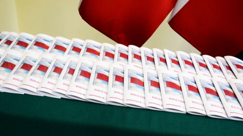 Błaszczak nauczy Polaków szacunku do flagi i hymnu. Oto specjalny przewodnik na 11 listopada