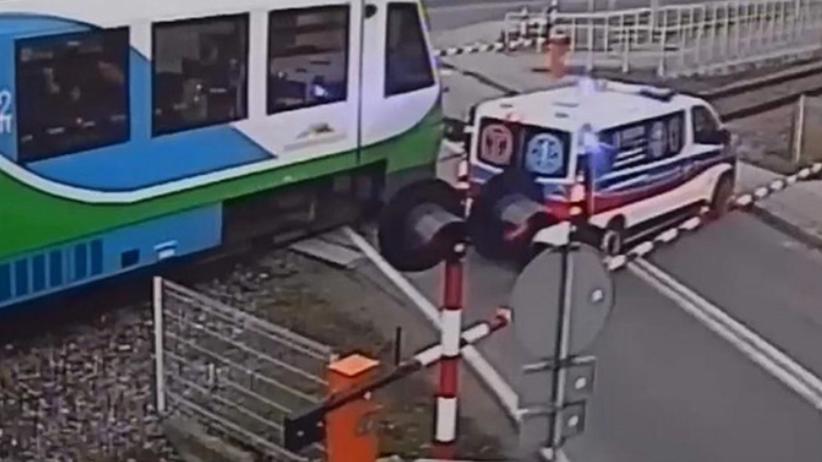 Karetka utknęła na przejeździe kolejowym. PKP publikuje nagranie [WIDEO]