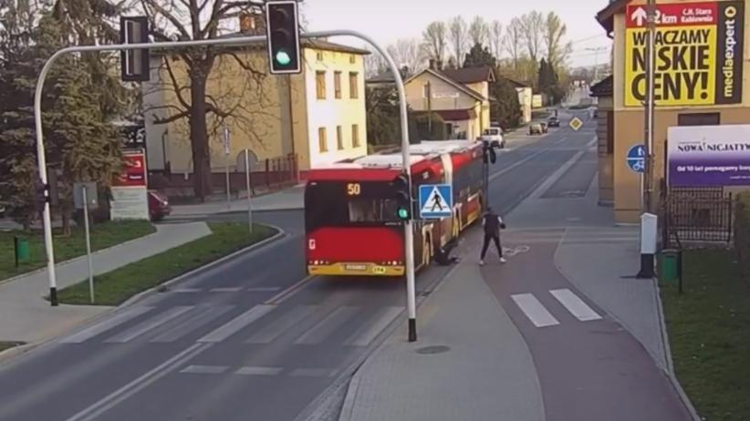 Wepchnęła koleżankę pod autobus