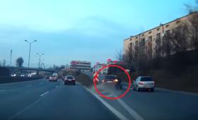 Ściął trzy pasy i zepchnął z drogi samochód. Szokujące nagranie z DTŚ w Chorzowie [WIDEO]