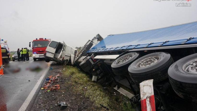 Śląskie: zderzenie busa z tirem. Dwie osoby nie żyją. Trwa akcja ratunkowa