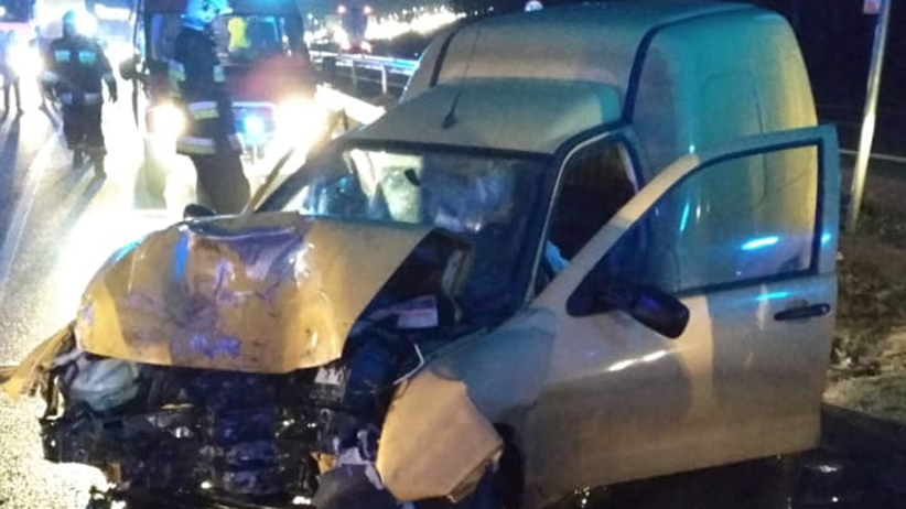 Groźny wypadek na drodze krajowej. Samochód dostawczy zderzył się z ciężarówką