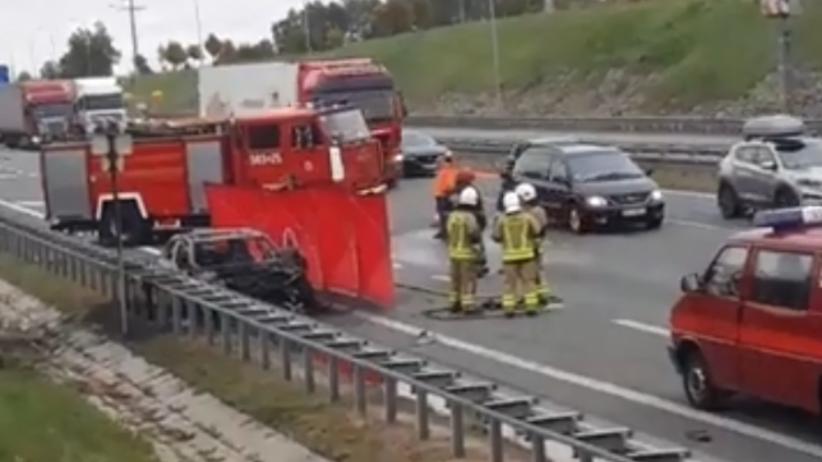 Pożar mercedesa na A2. Zginął kierowca. Utrudnienia w ruchu