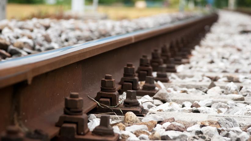 Usiadła na torach i nie reagowała na nadjeżdżający pociąg. Zginęła na miejscu