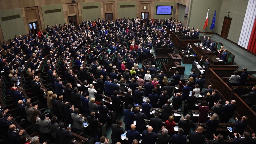 Sondaż: PiS wygrywa ze zjednoczoną opozycją