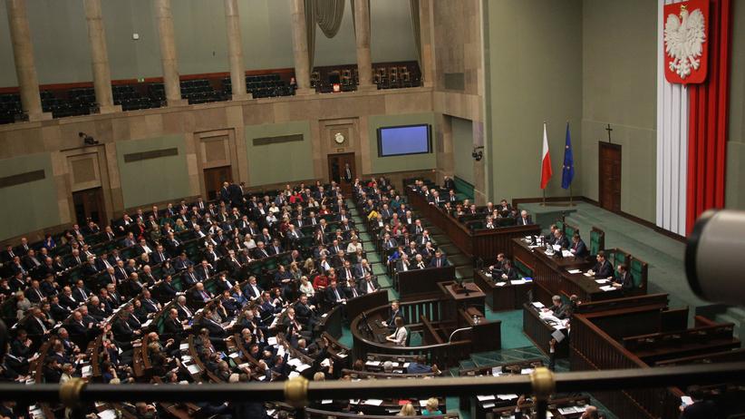 Polacy podzieleni na pół. Zaskakujący wynik sondażu
