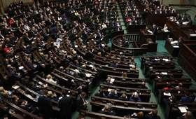 Sondaż: Lekki spadek notowań PiS. Opozycja daleko w tyle