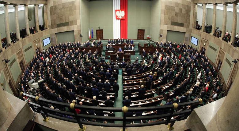 Prawica na czele, opozycja depcze im po piętach, w Sejmie jeszcze trzy partie - nowy sondaż parlamentarn