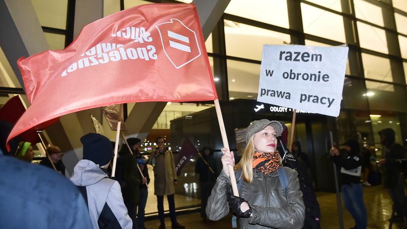 Trwa siódmy dzień strajku w LOT. Kolejne rejsy odwołane