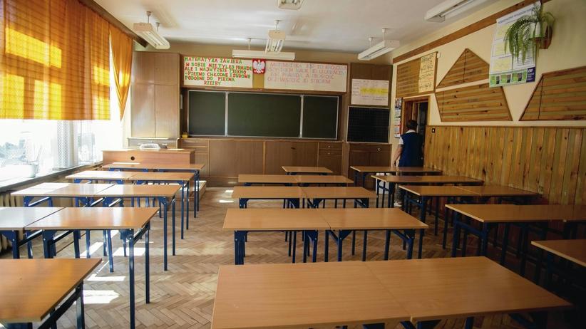 Szczecin. Szkoła ma 2 budynki oddalone o 2 km. Dzieci jeżdżą tam autobusem