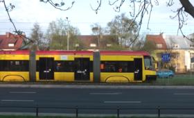 Tir zderzył się z tramwajem na warszawskiej Białołęce. Są ranni