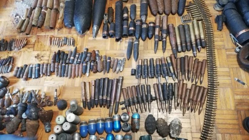 Amunicja strzelecka, pociski, granaty. Łącznie 360 sztuk. Wielki arsenał znaleziony w mieszkaniu torunianina