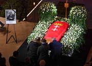 Tłumy przed ECS w Gdańsku. Wystawiono trumnę z ciałem prezydenta Adamowicza