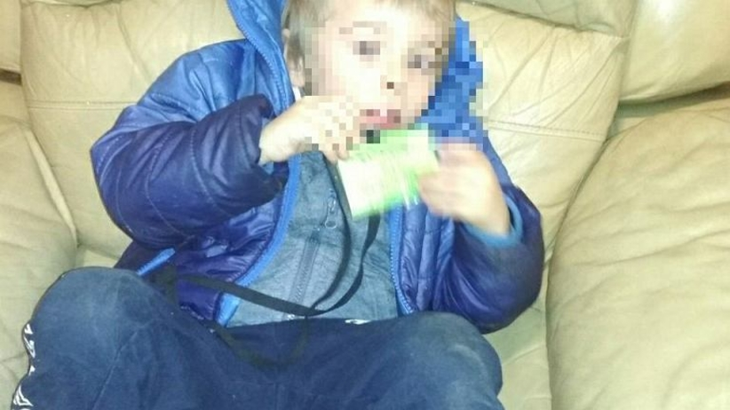 Trzyletni Dominik porzucony na klatce schodowej. Matka przesłuchana przez policję
