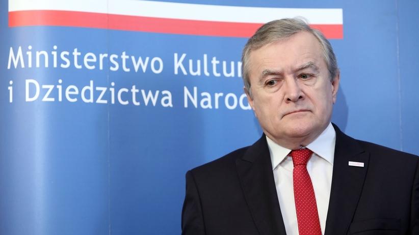 """Wierni kontra Piotr Gliński. Poszło o """"Kler"""""""