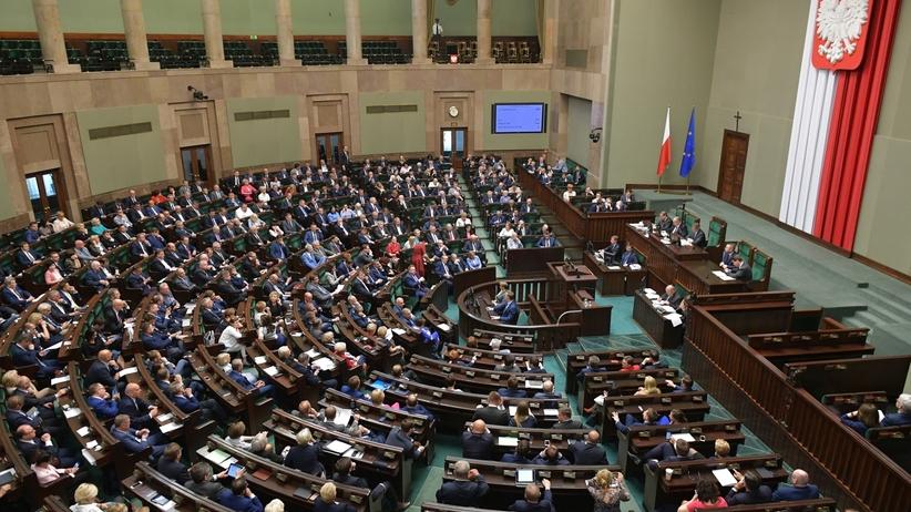 Posłowie debatują nad odebraniem sobie pieniędzy. Projekt obniżający uposażenia w Sejmie
