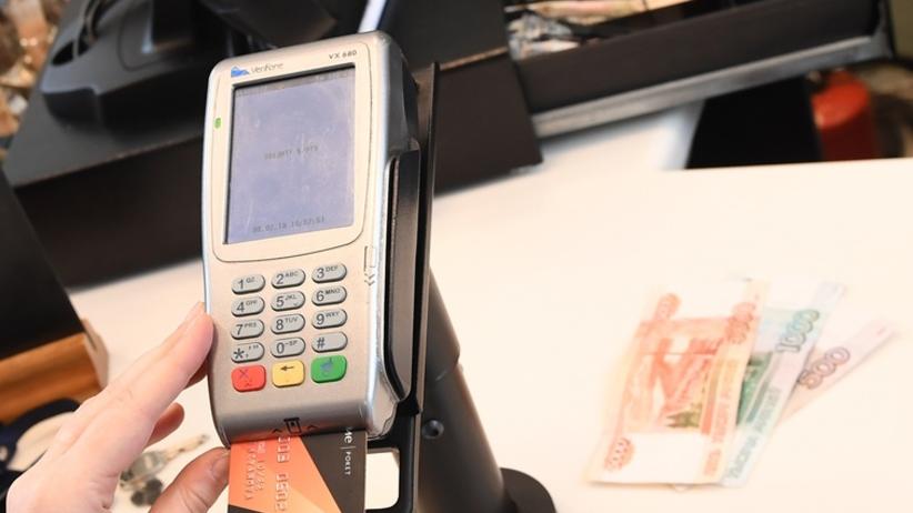 Klientka zostawiła kartę w terminalu. Kasjerka sprytnie przejęła dane
