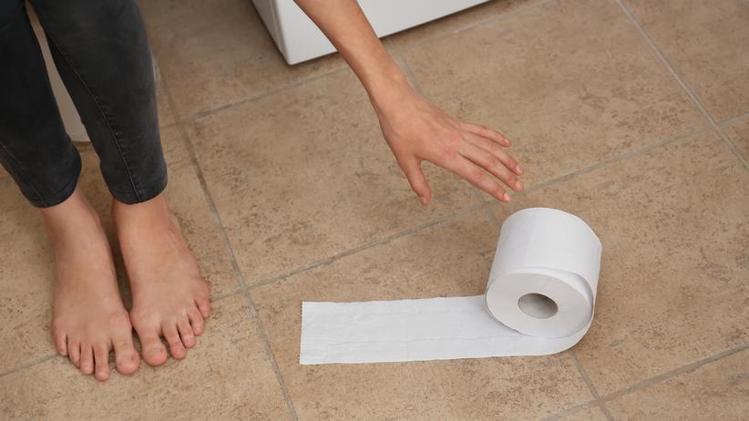 Ochroniarz nagrywał kobiety w toalecie. Kamerę ukrył w koszu na śmieci