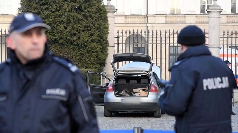 Incydent przed Pałacem Prezydenckim. Potrącony policjant wyszedł ze szpitala
