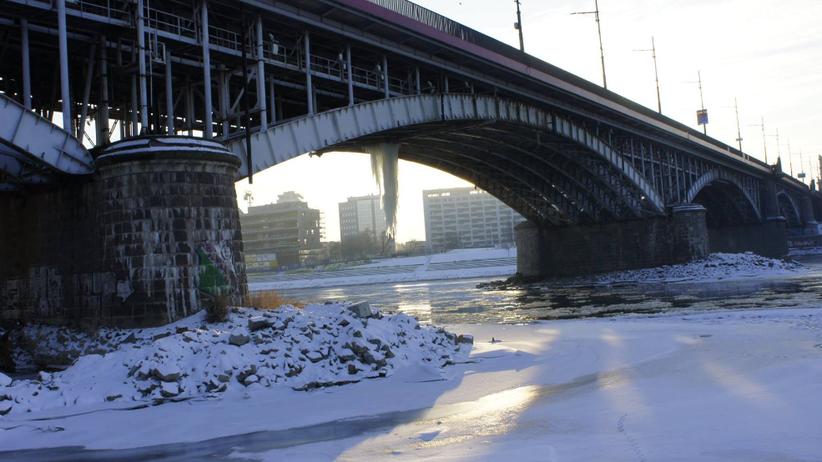 Warszawa: mężczyzna chce skoczyć z mostu. Trwa policyjna akcja
