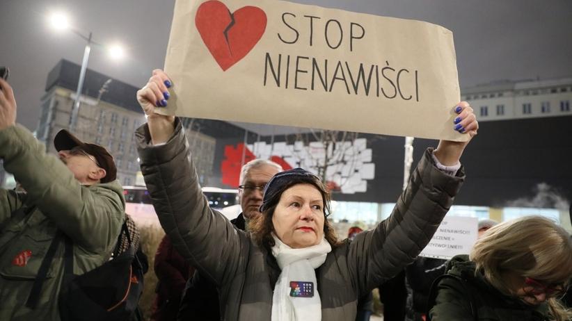 """Protest przed siedzibą Telewizji Polskiej. Chodzi o poniedziałkowe wydanie """"Wiadomości"""""""