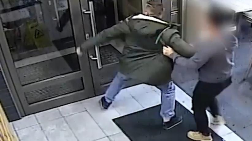 Awantura w KFC. Rozwścieczony klient zniszczył drzwi [FOTO]